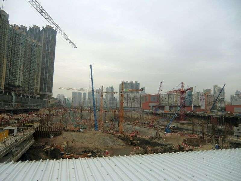 riesige Baustelle neben riesigen Häusern